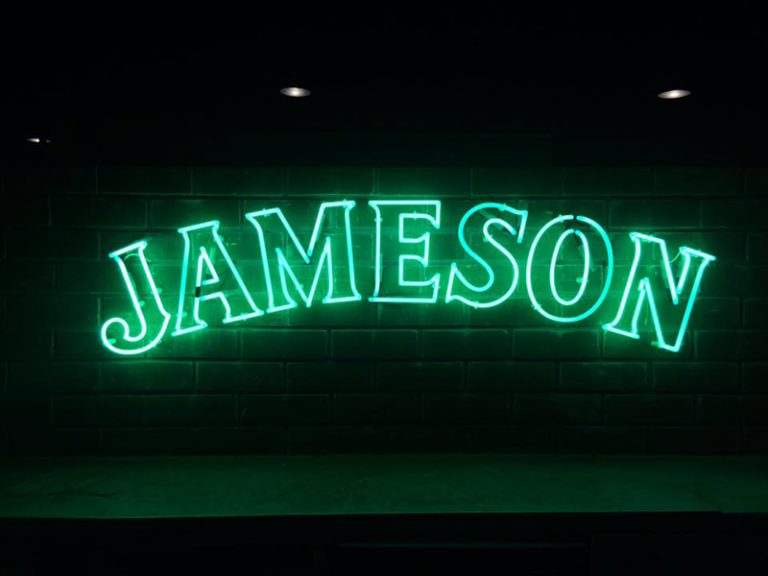 - Luminosos – Jameson – The Hotel