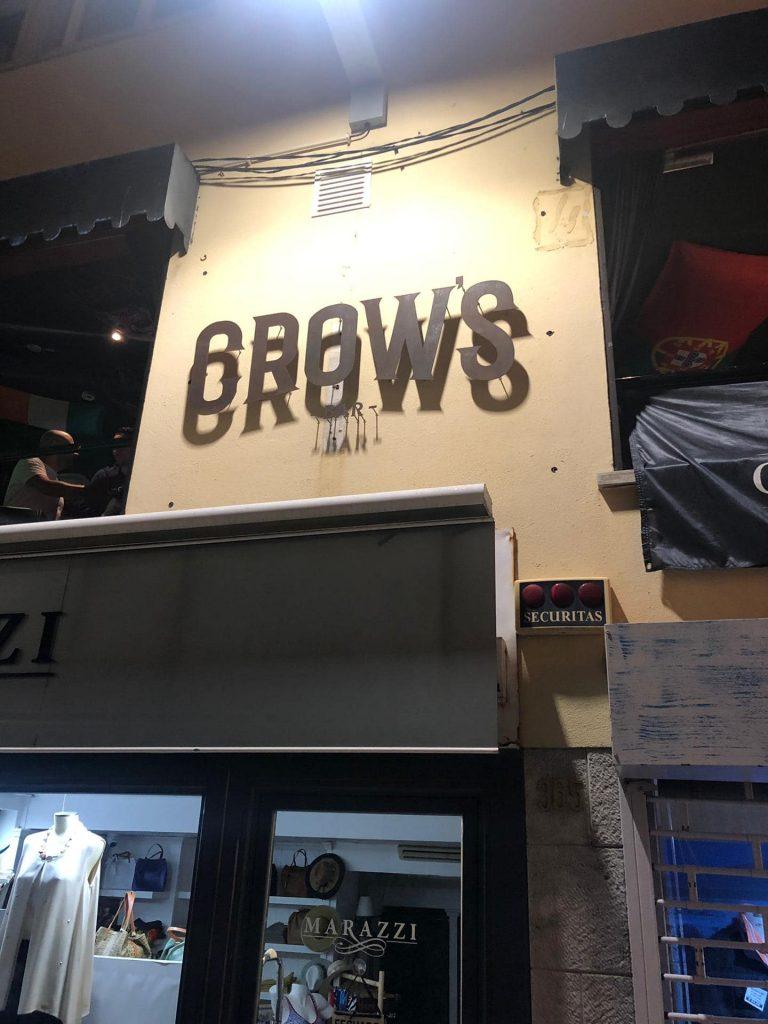 - Crow's Bar – Letras em aço